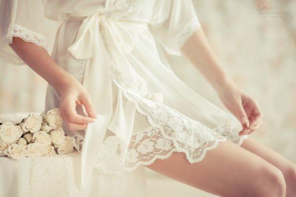 Девушка в белом пеньюаре