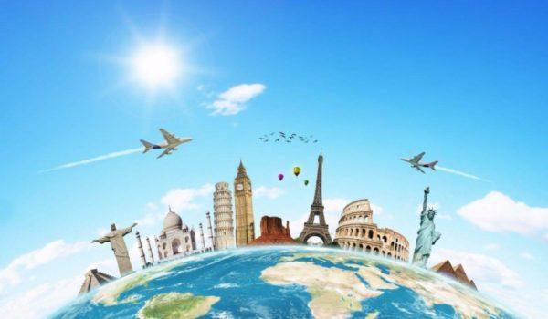 Коллаж: на земном шаре расположены мировые достопримечательности, в небе навстречу друг другу летят два самолёта