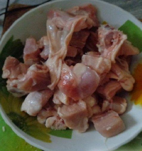 Кусочки курятины в тарелке