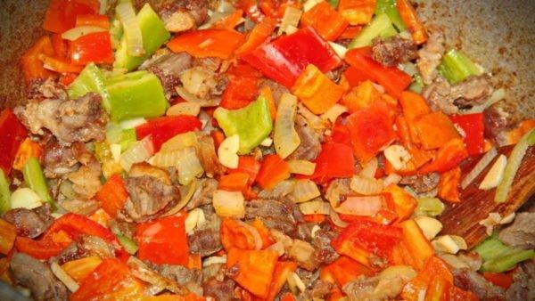 Обжаривание овощей с мясом в казане