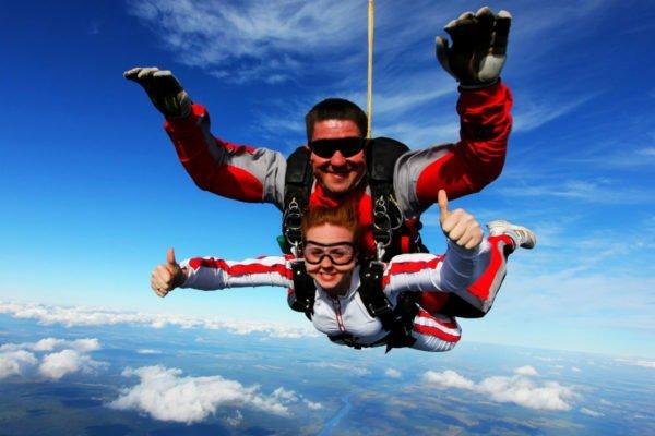 Люди прыгают с парашютом