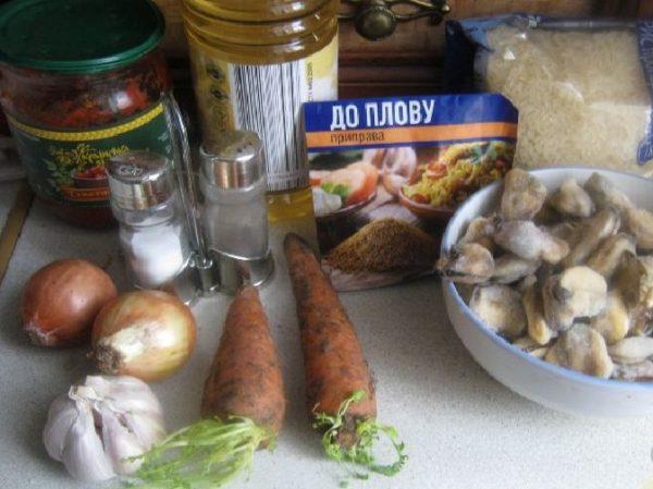 Морковь, рис, мидии, лук, приправы, чеснок