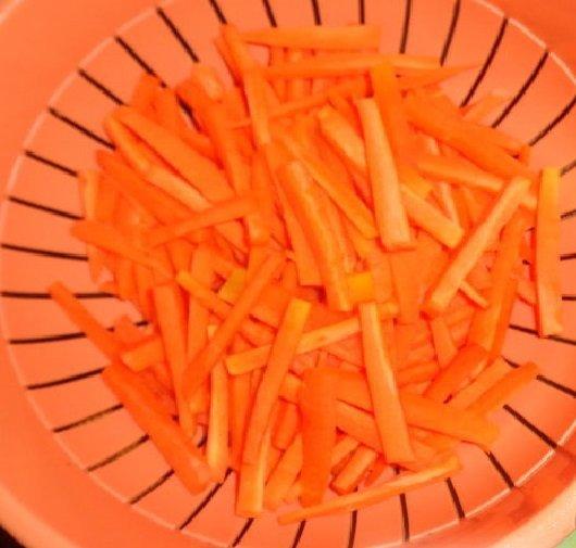 Нарезанная средней соломкой морковь