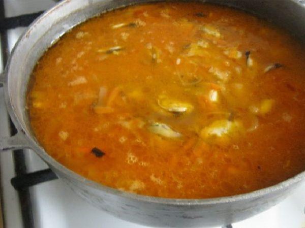 Овощи, мидии и рис в казане