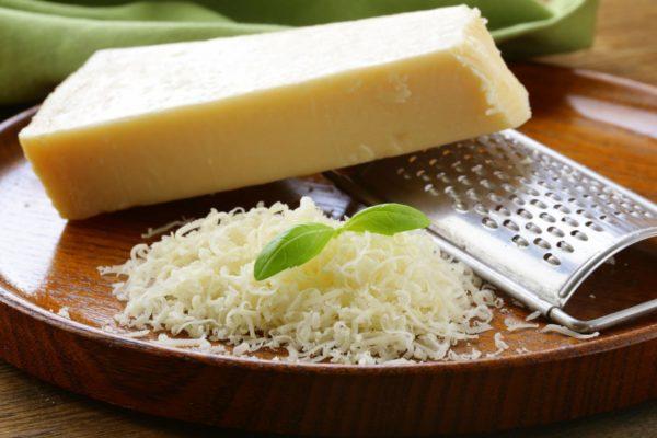 Тертый свежий сыр пармезан