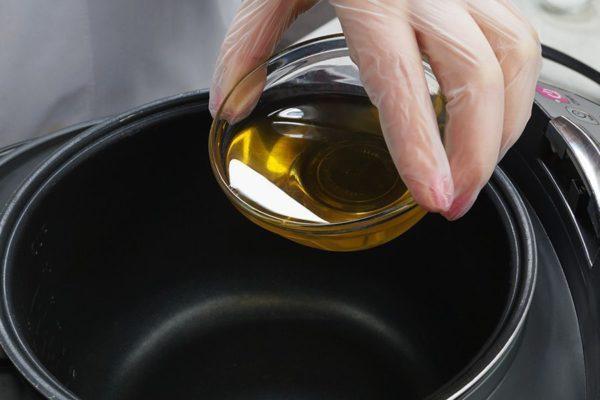 Растительное масло в чаше мультиварки