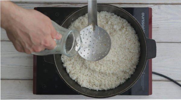 Рис для плова в казане с водой