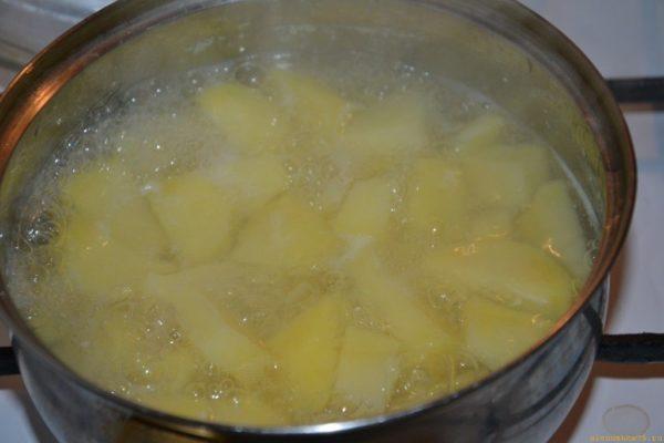 Катофель в кастрюле с водой