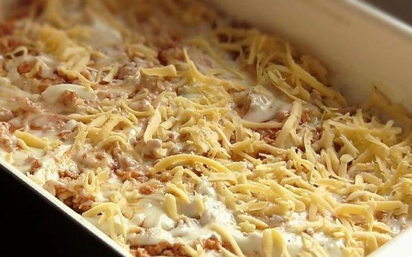 вВрхний слой лазаньи из сыра грюйер