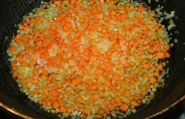 обжаривание моркови и лука