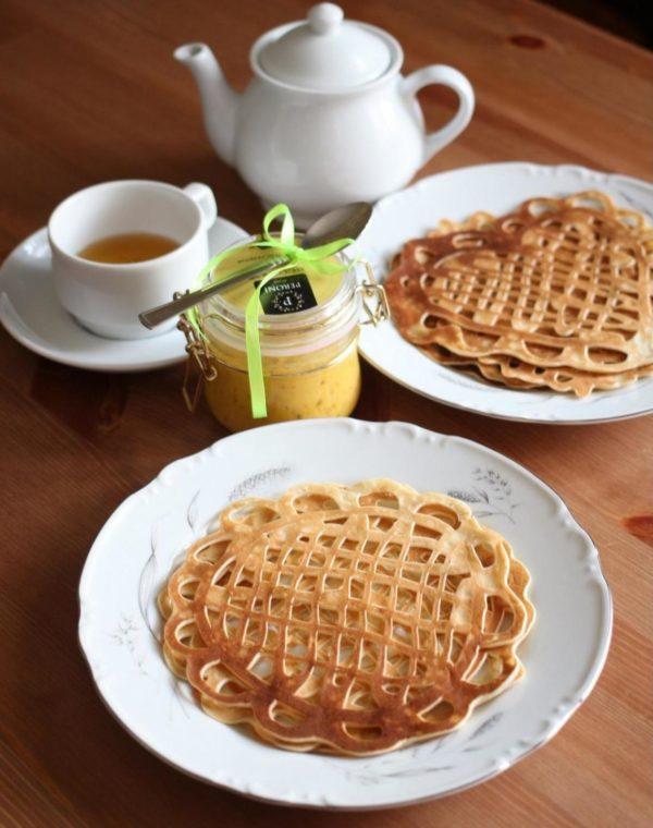 Блины ажурные и чашка с чайником