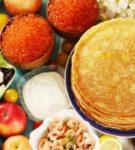 Блины в тарелке с другими блюдами