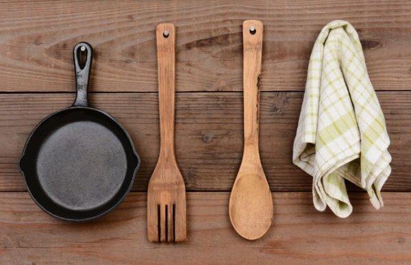 Сковорода и деревянные лопатки
