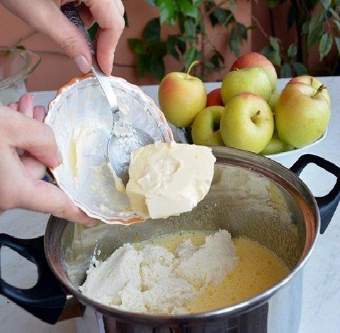 Добавление масла в тесто