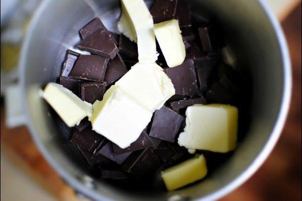 Сливочное масло и кусочки шоколада