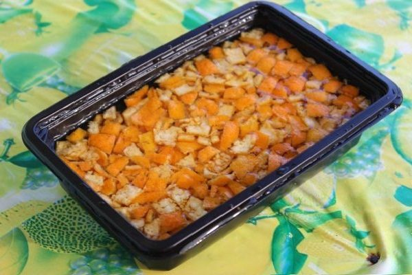 залитая водой кожура мандаринов