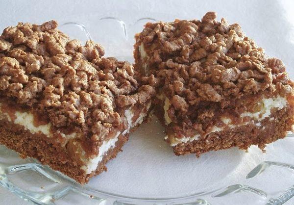 кусочки тёртого пирога с творогом и какао