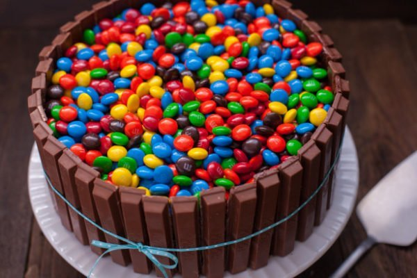 торт с m&m's и Kitkat