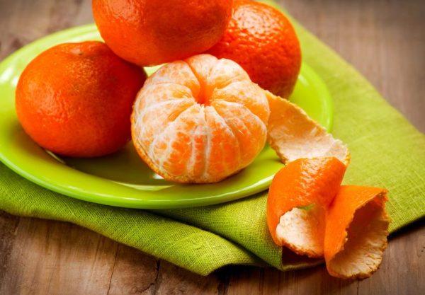 мандарины на тарелке