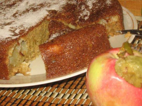 Манник на блюде и яблоко
