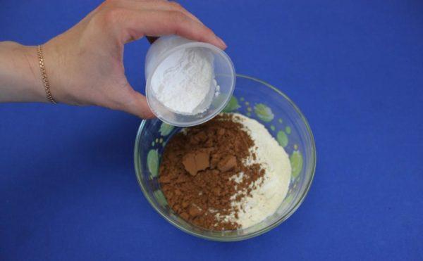 мука, какао и сахар в миске