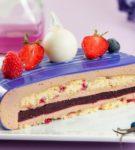 Муссовый торт с глазурью в разрезе