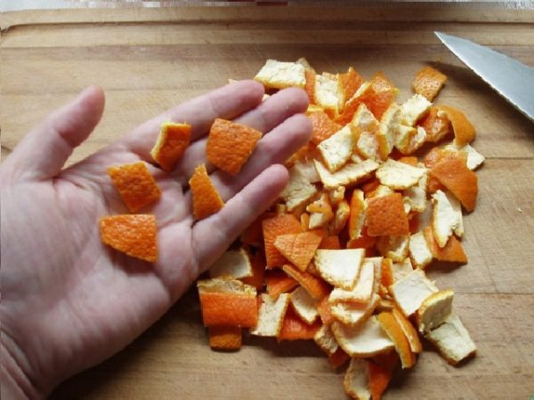 нарезанные корки мандарина