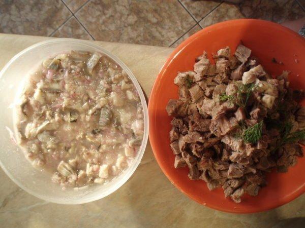 нарезанные селёдка и говядина