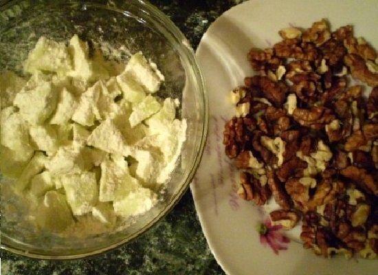 нарезанные яблоки и грецкие орехи