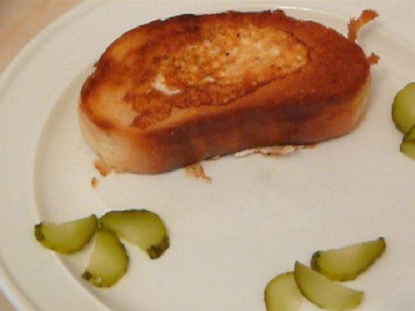 обжаренная яичница в хлебе