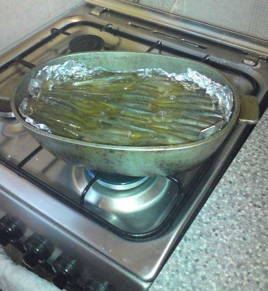 Посуда с салакой на плите
