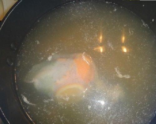 рыбный бульон в кастрюле
