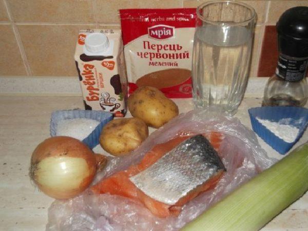 Сёмга, овощи, специи, сливки и мука