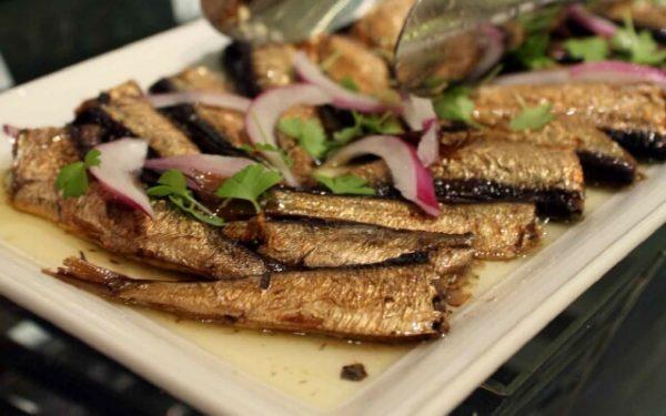 Шпроты из салаки на блюде