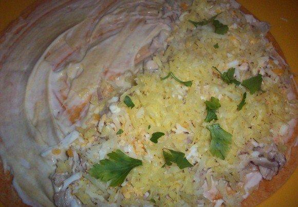 тёртый сыр и свежая зелень на лепёшке