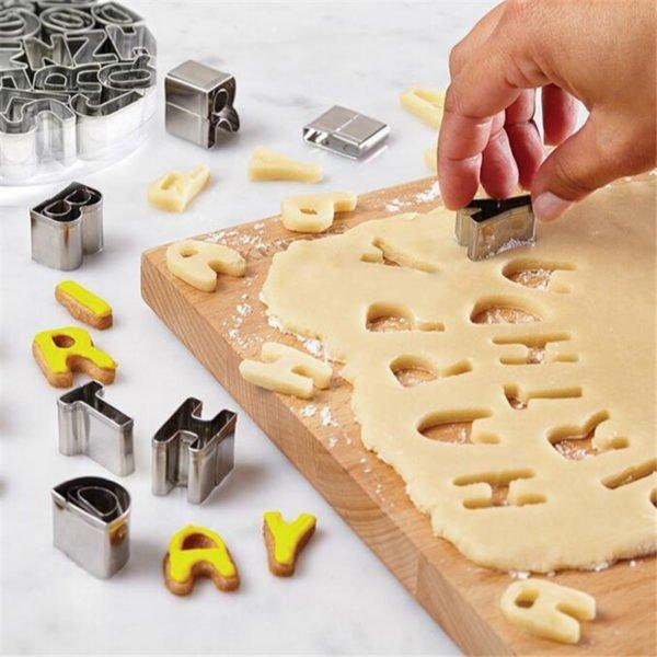 Вырезание букв формами для печенья