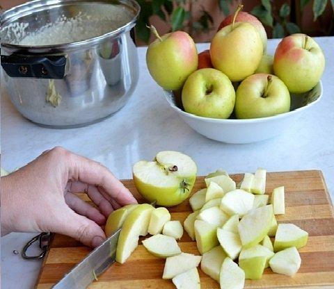 Яблоки целые и нарезанные