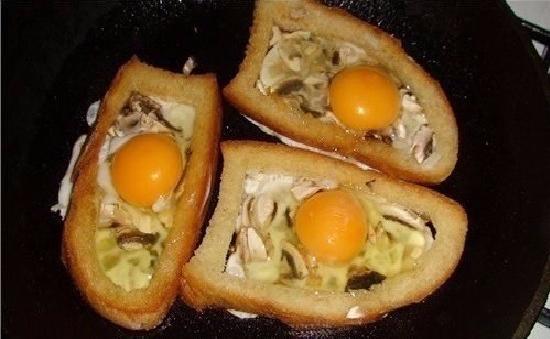 яичница с грибами в хлебе на сковороде
