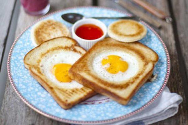 яичница в хлебе на столе