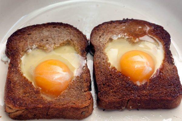 яичница в хлебе сердечками