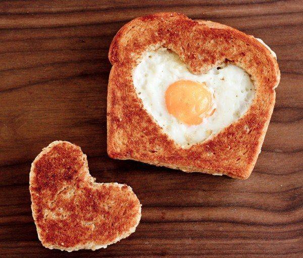 яичница в хлебе сердечком