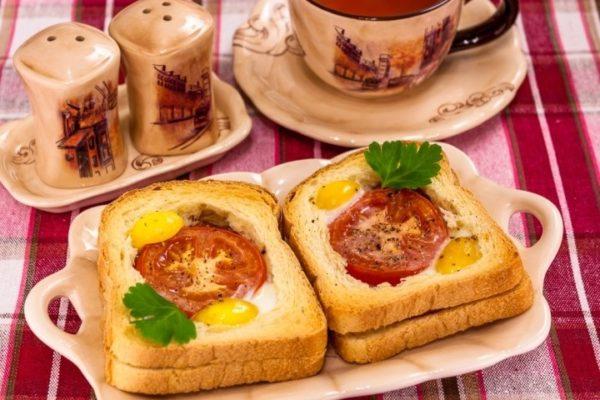 Яйчница в хлебе с помидорами