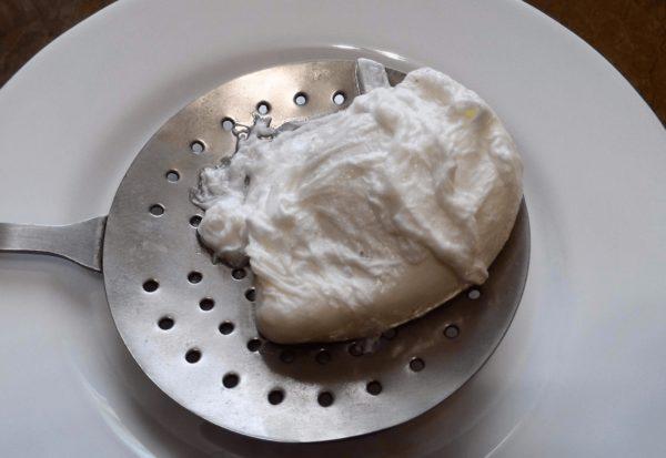 яйцо пашот на шумовке
