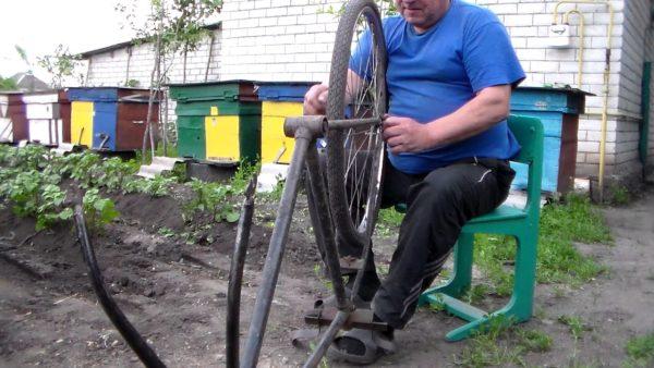 Мужчина разбирает велосипед