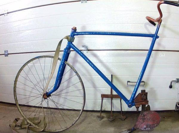 Старый велосипед, переделанный под окучник