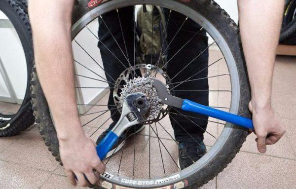 Велосипедное колесо и гаечные ключи