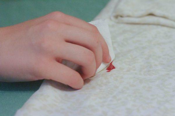 Удаление пятна от красного лака с белой ткани