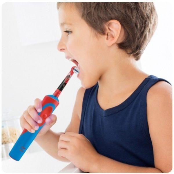 Ребёнок с электрической зубной щёткой