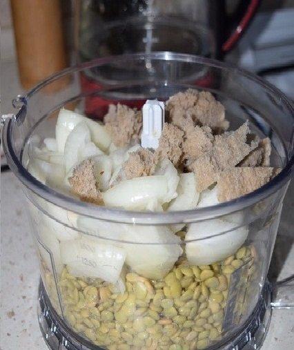 чечевица и другие продукты в блендере