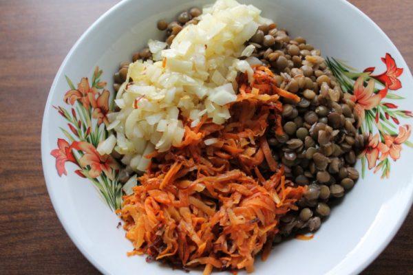 чечевица, лук и морковь